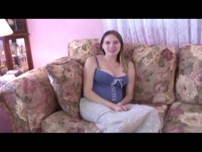 Süßes Teen Girl streichelt sich hemmungslos vor der Kamera
