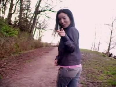 Outdoor zeigt das Thai Luder die kleinen Titten
