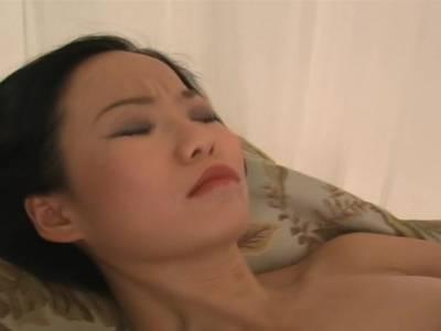 Scharfe Thai Luder fickt sich solo mit ihrem Sextoy
